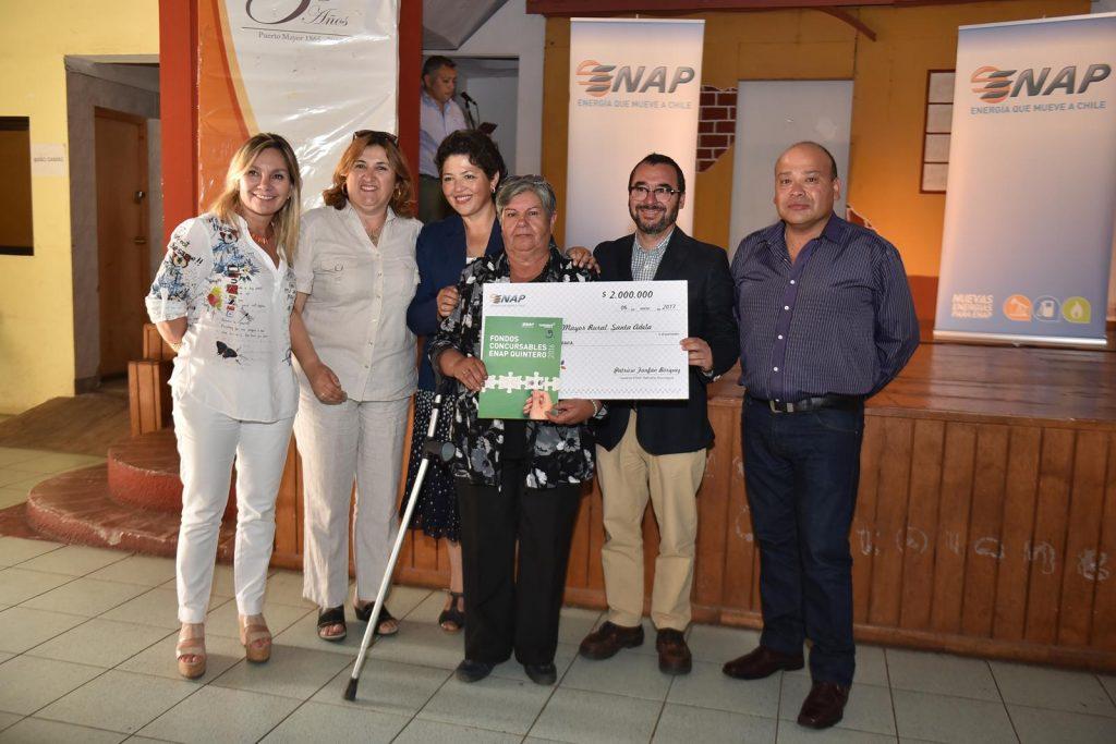 Carolina Jara, concejala Ana Cartes, Maritza Verdejo, Rodolfo Bickell y el concejal Rolando Silva, entrega el cheque simbólico y el convenio de adjudicación a Erika Gajardo