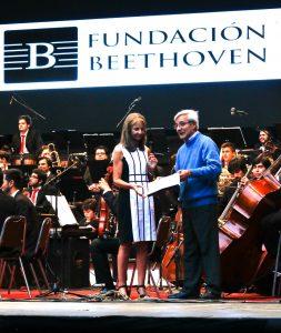 Don David Dhama recibiendo distinción de Fundación Beethoven, marzo de 2017. / Fotografía de Noticias.USM.cl